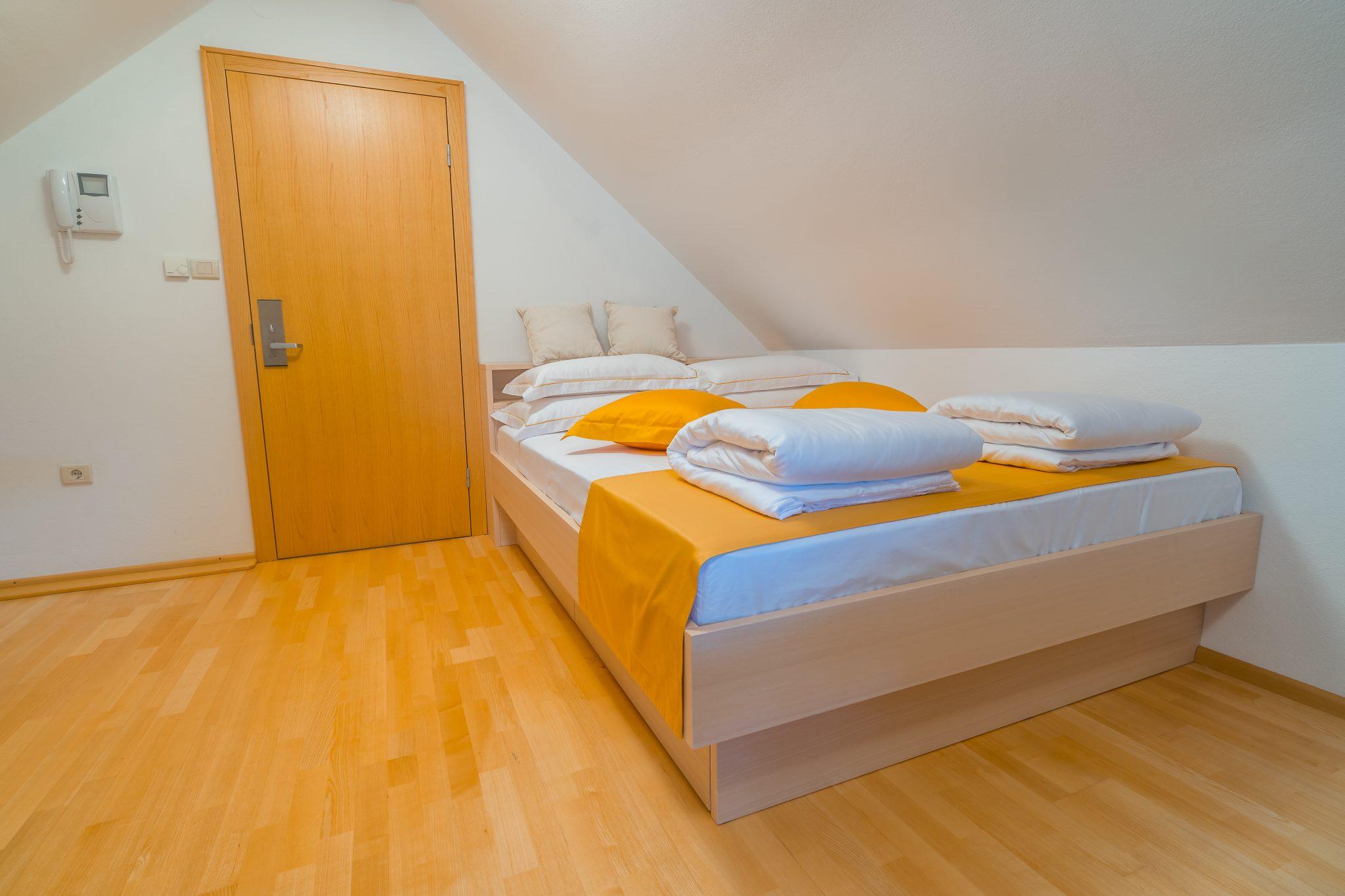 Soba s tremi ležišči brez balkona